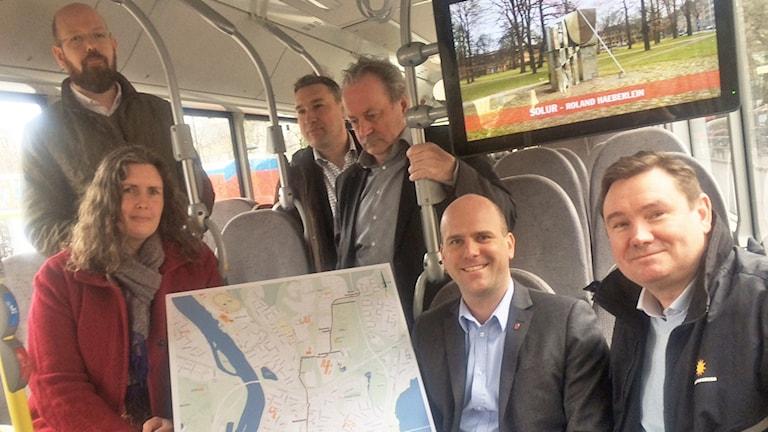 Politiker och tjänstemän i Karlstad visar upp nya busstråket sittandes i en buss. Foto: Jenny Tibblin/Sveriges Radio.