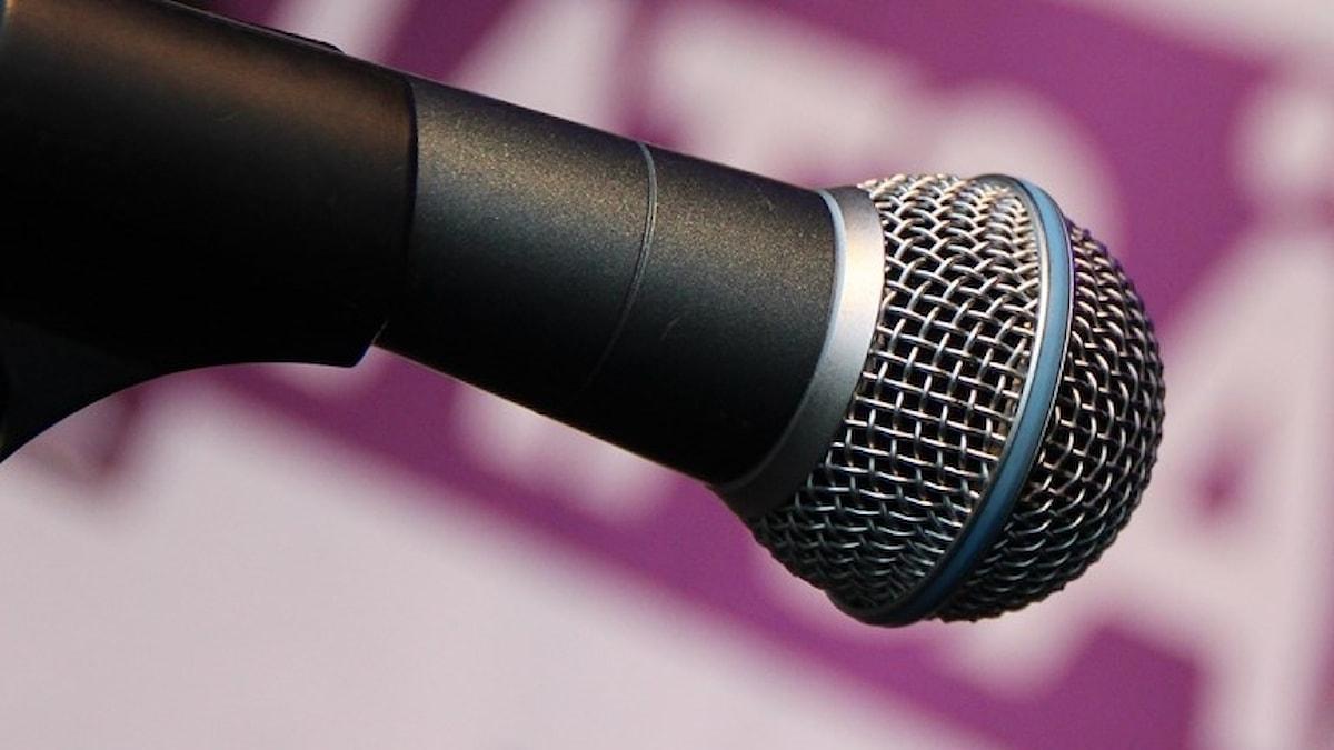 Microfon mot rosa bakgrund