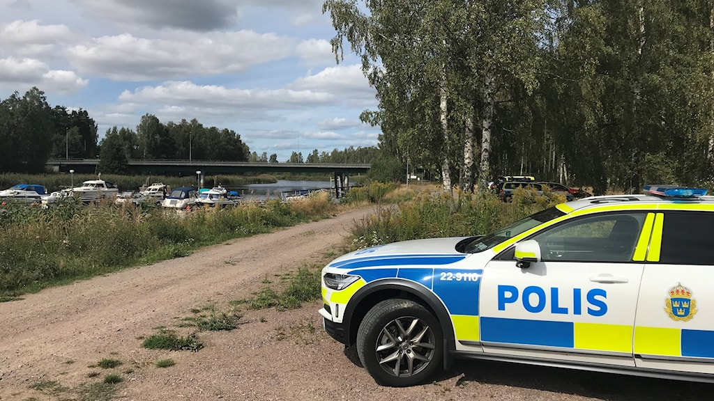 Polisbil med älven i bakgrunden. Foto: Louise Uhlin/Sveriges Radio.