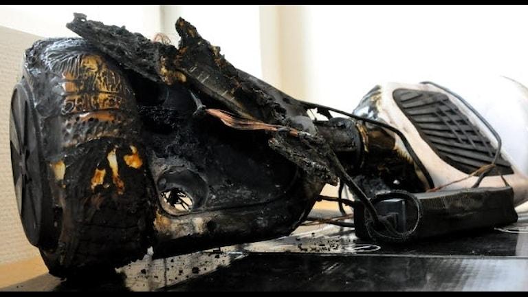 En sönderbränd hoverboard. Bild från Arbetsmiljöverket.
