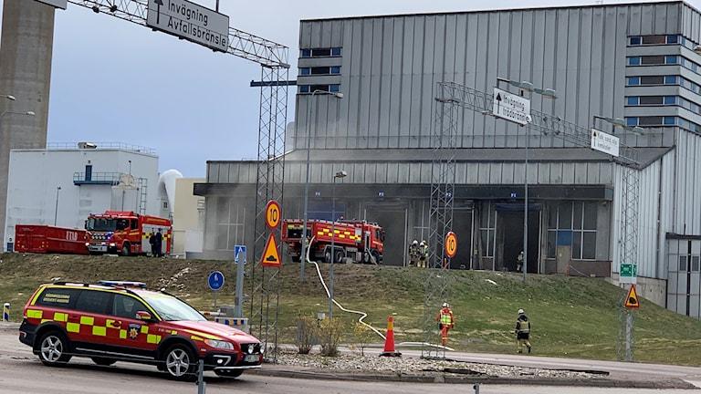 Fordon från räddningstjänsten bekämpar en brand. Foto: Felix Hall/Sveriges Radio.