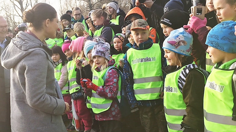 Kronprinsessan Victoria och barn i Glaskogen. Foto: Annika Ström/Sveriges Radio.