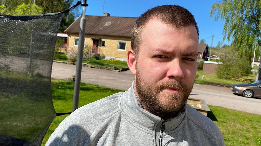 man i sin trädgård, foto: Tomas Hedman/Sveriges Radio