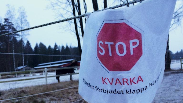 Kvarkaskylt på Lidköpings ridklubb