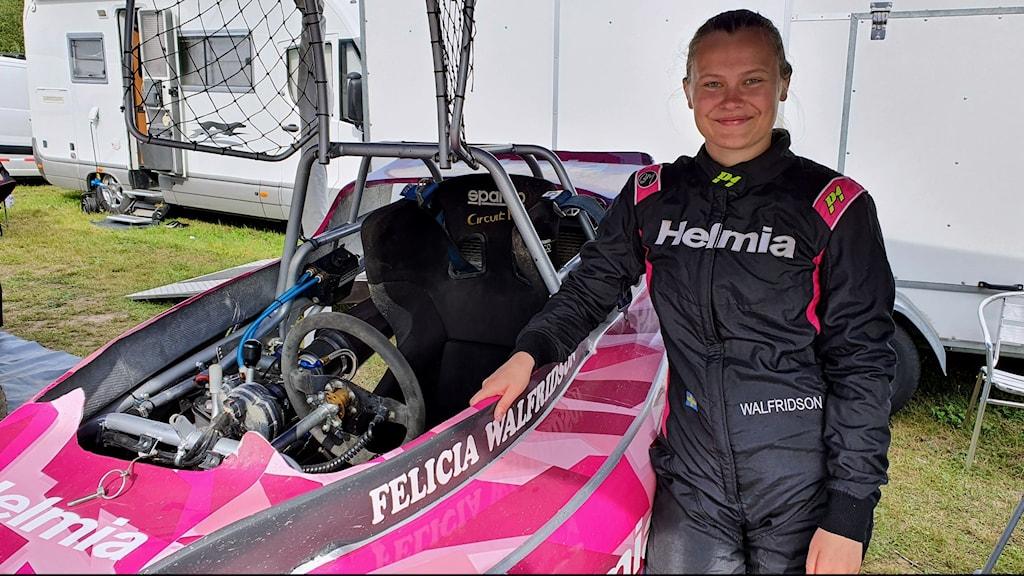 Felicia Walfridson kör crosskart i Östmark. Foto: Aron Eriksson/Sveriges Radio.