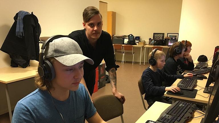 Läraren Timmy Rommestam coachar David Olsson-Spets.