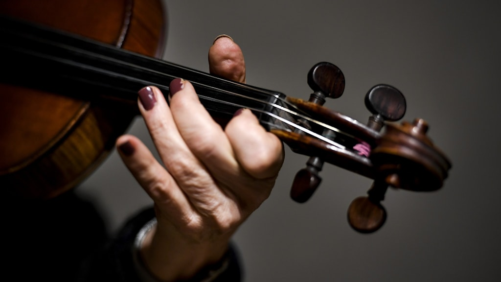 En hand på en fiol. Foto: Pontus Lundahl / TT.