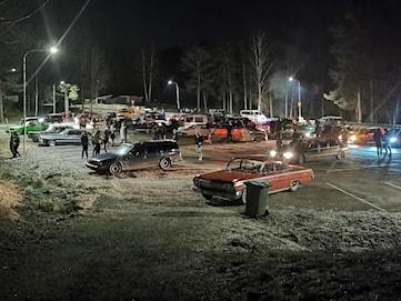 Folksamling vid Ingestrand på juldagskvällen