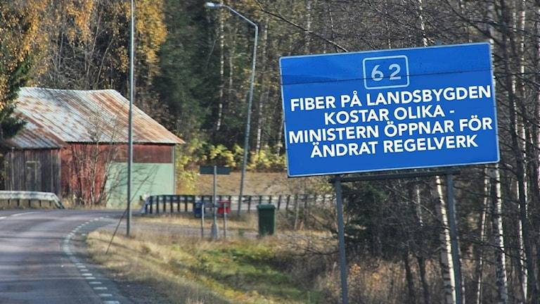 En vägskylt med text, ett montage. Foto: Sveriges Radio.