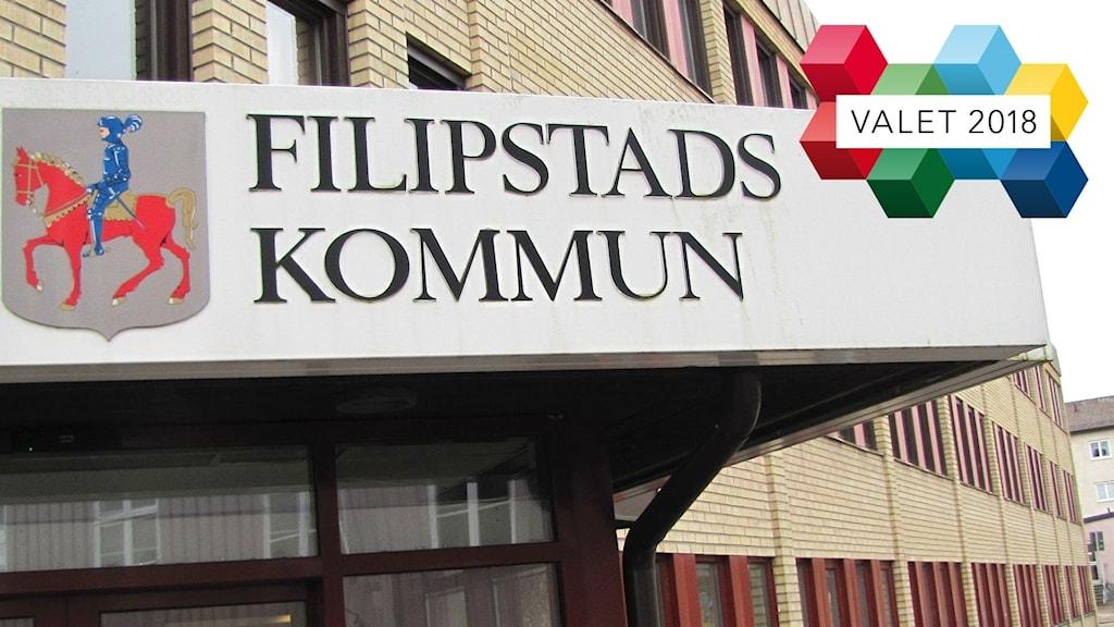 Kommunhuset i Filipstad och en logotype för valet 2018. Foto: Sveriges Radio.