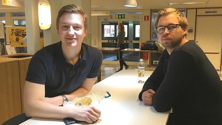 Studenterna David Olofsson och Mattias Eriksson är nöjda efter inledningen av högskoleprovet. Foto: Annika Ström/Sveriges Radio.