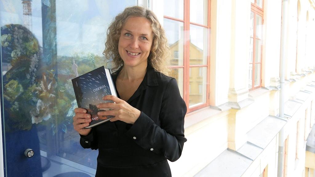 """Marit Kapla, med sin bok """"Osebol""""."""