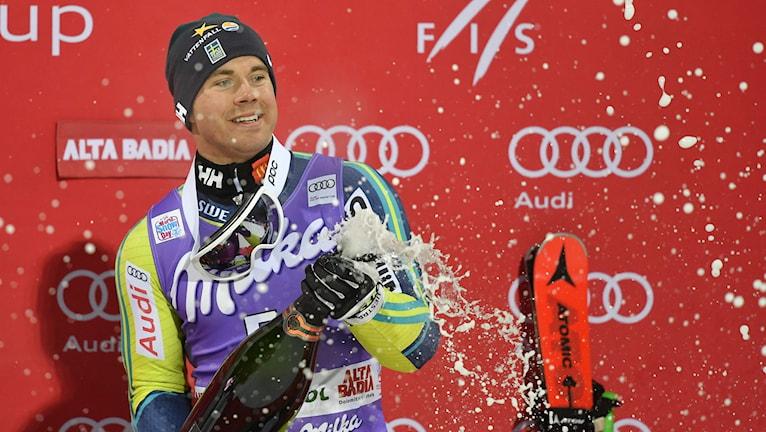 Matts Olsson sprutar champagne. Foto: Fabi Tiziana/TT.