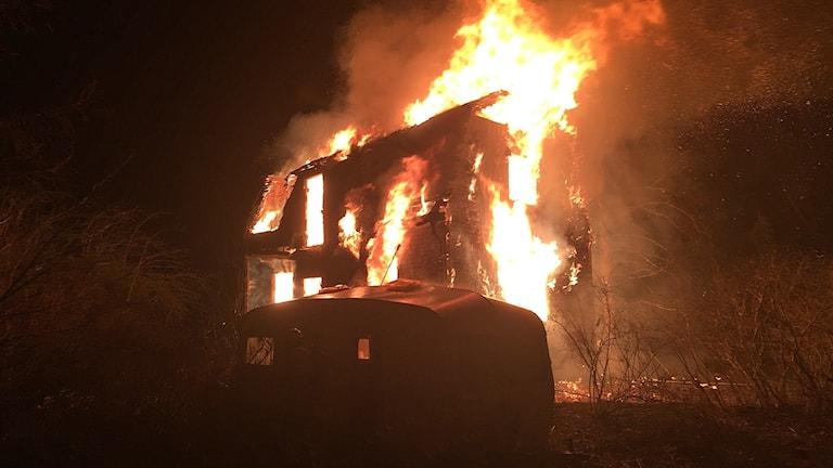 Ett hus som brinner. Foto: Bergslagens Räddningstjänst.