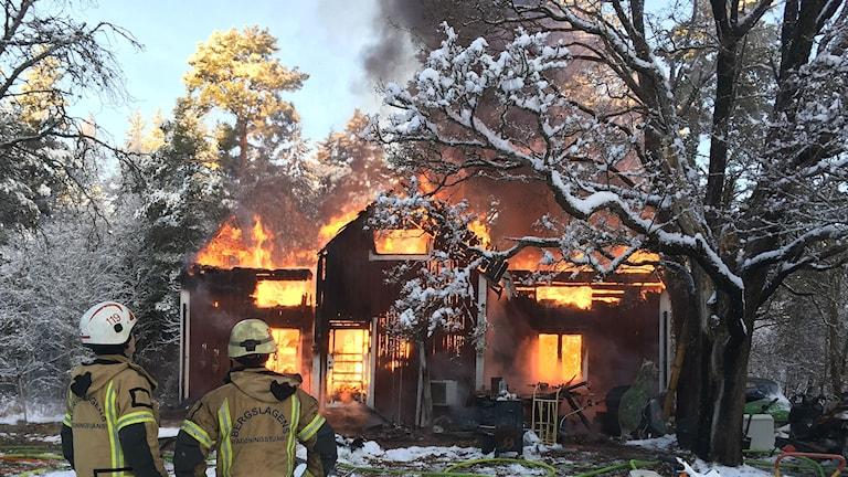 Villan i Kristinehamn är övertänd, och en man befaras befinna sig inne i den. Foto: Annika Ström/Sveriges Radio.