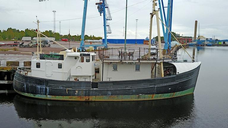 Skeppet Daisy, som ligger i Karlstads yttre hamn. Tidigare användes det för matservering av Street friends, i inre hamn. Foto: Örjan Bengtzing/Sveriges Radio