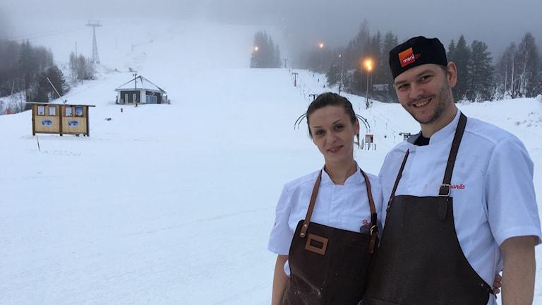 De rumänska kockarna Raol Popa och Ionna Moldovean är rumänska kockar som gästjobbar i Branäs skidanläggning