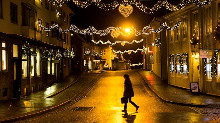 En ensam person korsar en gata. Foto: Håkon Mosvold Larsen/TT.