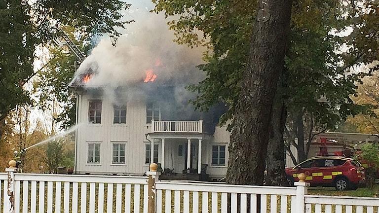 Ett hus som brinner. Foto: Per Larsson/Sveriges Radio