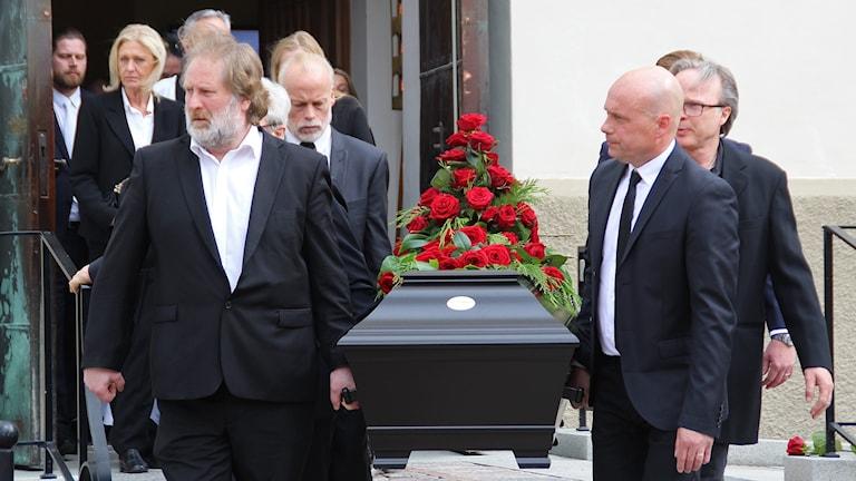 Sven-Erik Magnussons kista bärs ut från domkyrkan. Foto: Björn Söderholm/Sveriges Radio.