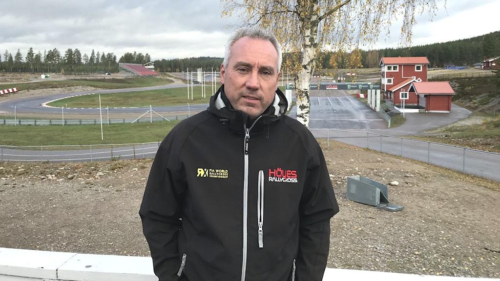 Morgan Östlund general manager Finnskoga MK står framför banan i Höljes iklädd svart jacka. Foto: Per Larsson/Sveriges Radio
