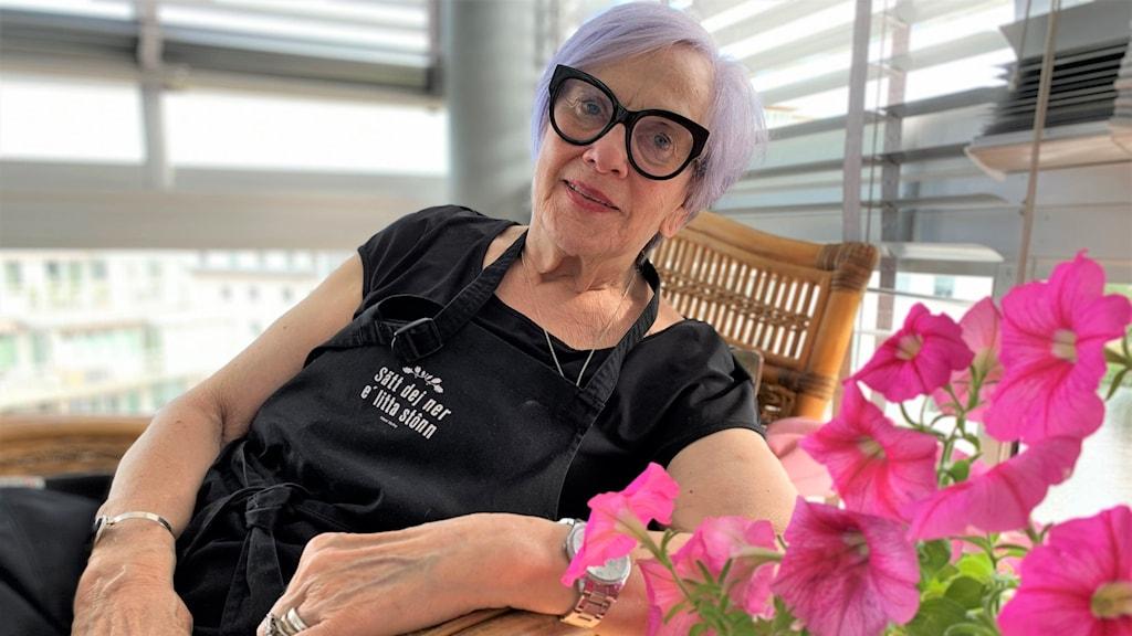 Ewa Persson på sin balkong i Karlstad. Foto: Sonya Oldenvik/Sveriges Radio.