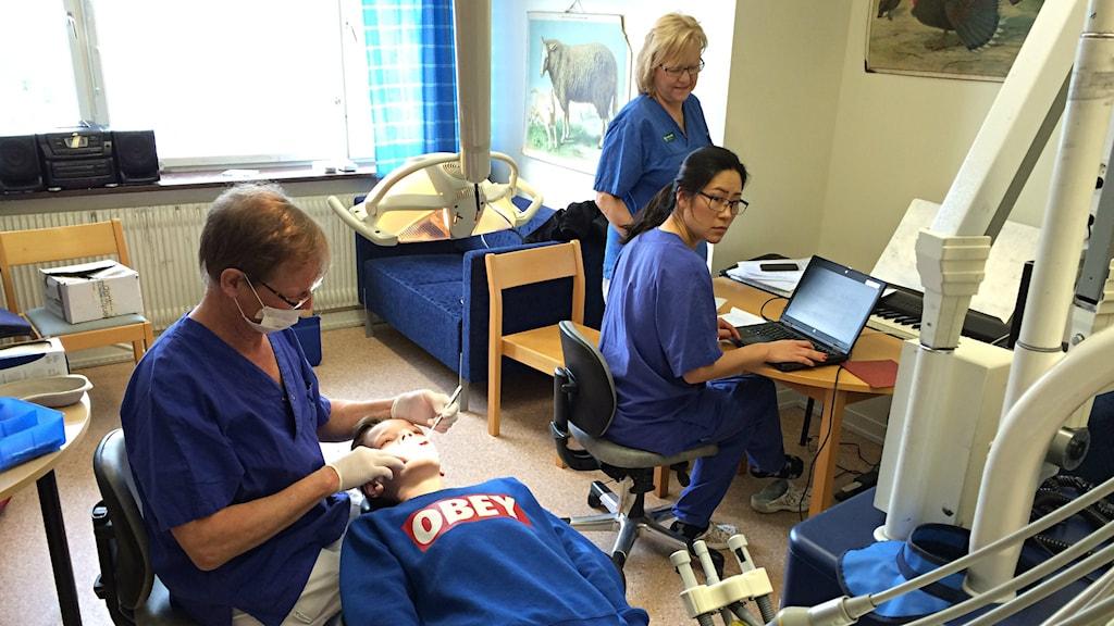 Folktandvården i Arvika besöker under två veckor Glava skola för att undersöka elevernas tänder. Foto: Per Larsson/Sveriges Radio