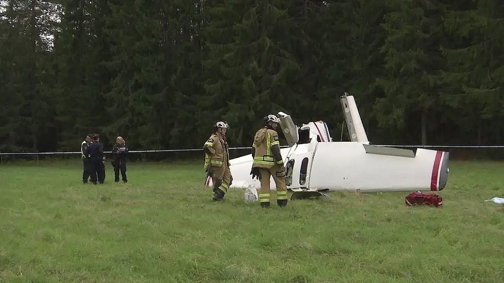 En flygplan som kraschat ligger upp och ner i gräset. Foto: SVT Nyheter Värmland.