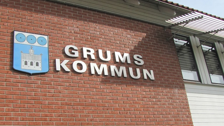 Grums kommun, loggan på kommunhusets fasad. Foto: Magnus Hermansson/Sveriges Radio.