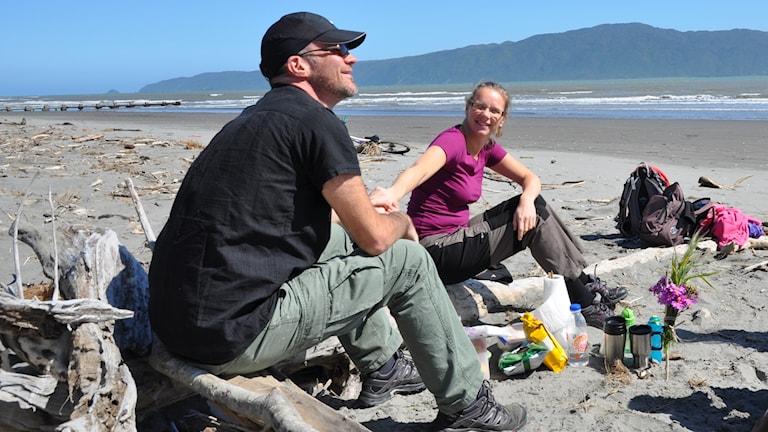Ola och Ingrid Hoelstad på en strand