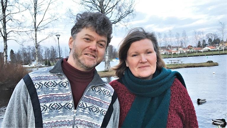 Ulf Adolfson och Isabella Thunell framför en sjö. Foto: Jonas Berglund/Sveriges radio