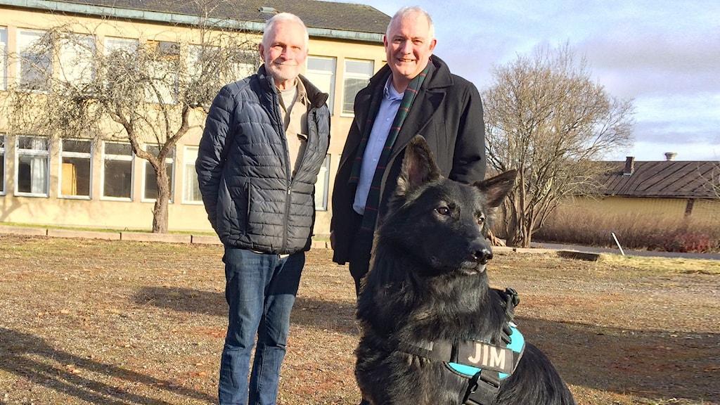 Lennart Wetterholm, Jan Håkansson och hunden Jim. Foto: Jonas Berglund/Sveriges Radio.