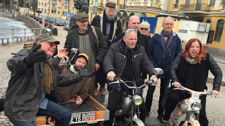 Göran Samuelsson (längst t v) och hans sällskap under årets packmopedsturné. Foto: Jonas Hansson/Sveriges Radio.