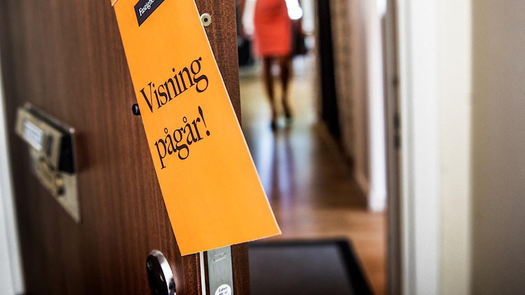 """En lägenhetsskylt med texten """"Visning pågår"""". Foto: Tomas Oneborg/TT."""