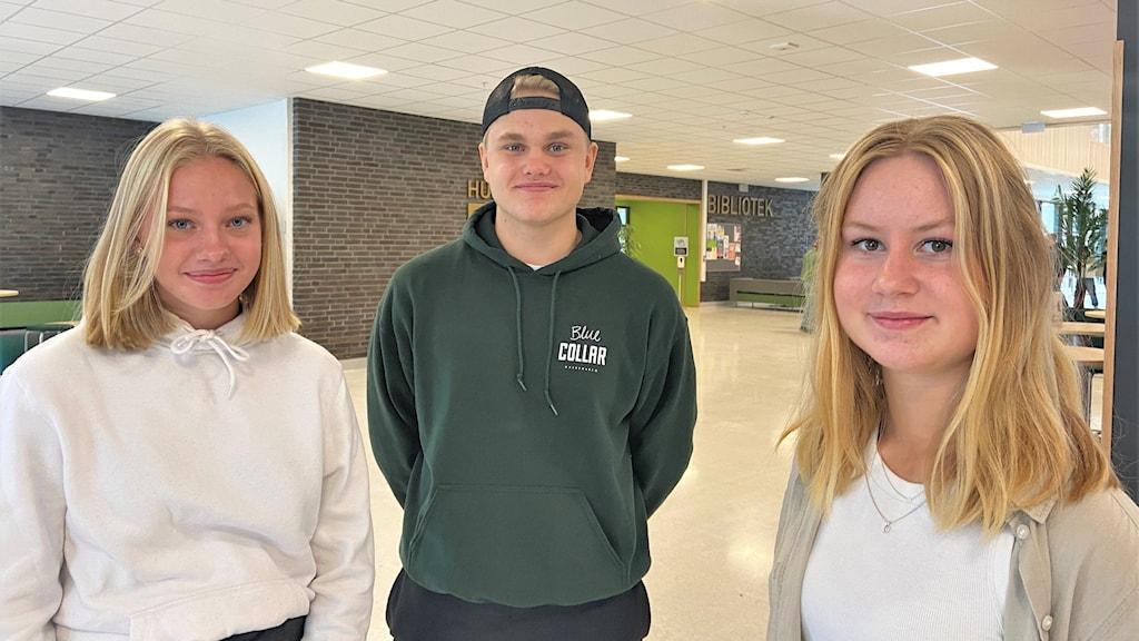 Tre elever på en skola.