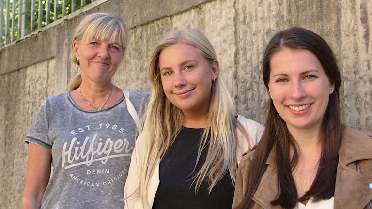 Susanne Waland, Karlstad universitet samt studenterna Hedda Andersson och Ebba Öhlin. Foto: Rebecka Kettil/Sveriges Radio