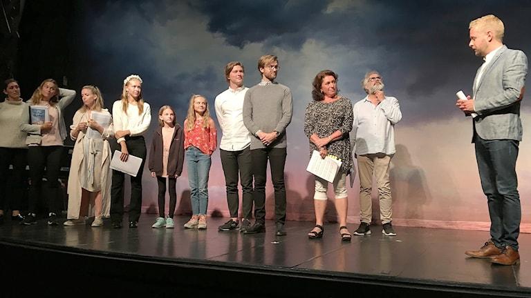 En teaterensemble på en scen. Foto: Gustav Jacobson/Sveriges Radio.