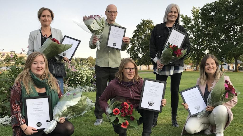 Fem personer med diplom och buketter i händerna. Foto: Jenny Norberg/ Sveriges Radio.