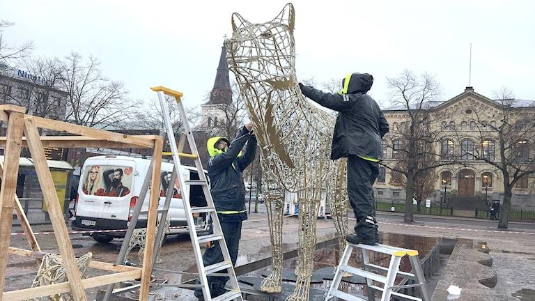 En ljusvarg monteras på Stora torget i Karlstad. Foto: Sara Johansson/Sveriges Radio.