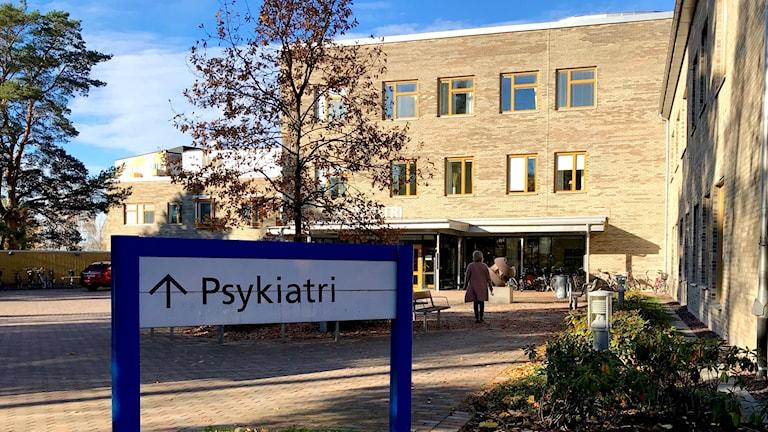 Entrén till psykiatrin vid centralsjukhuset. Foto: Annika Ström/Sveriges Radio.