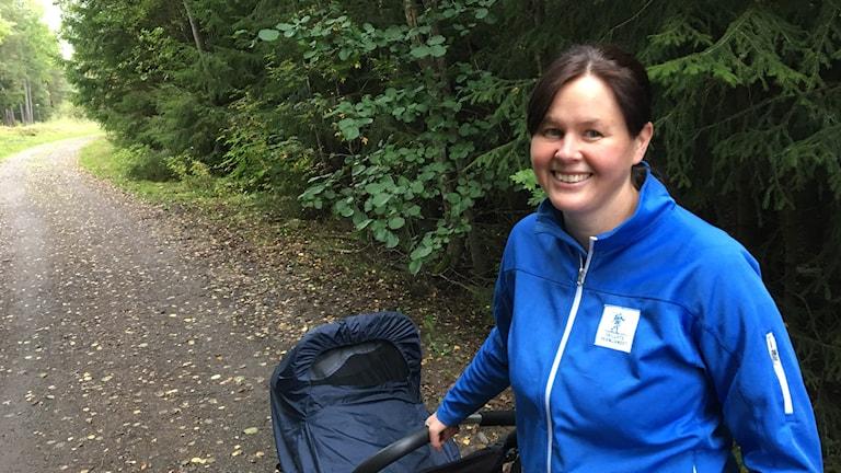 Kvinna med barnvagn på skogsväg. Foto: Tomas Hedman/Sveriges Radio.
