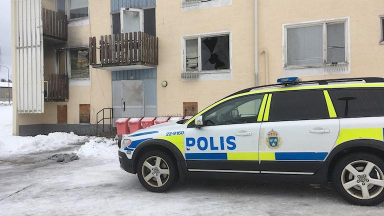 En polisbil parkerad utanför en fastighet. Foto: Per Larsson/Sveriges Radio.