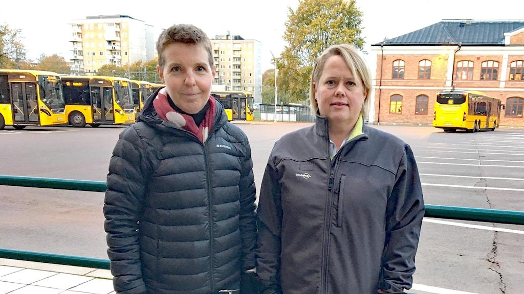Åsa Tobiasson och Kattis Karlsson, utbildnings- och rekryteringsansvarig respektive trafikchef för Nobina i Värmland. Foto: Sara Johansson/Sveriges Radio.
