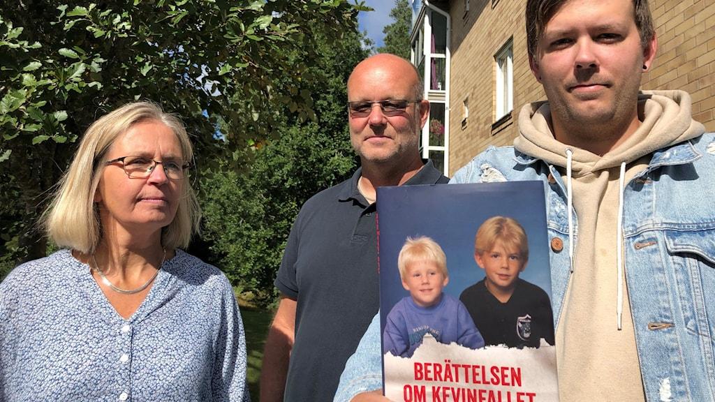 Tre personer och en bok. Mari Stenström/Sveriges Radio.