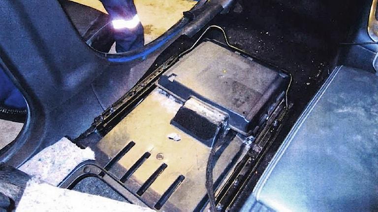 Ett dolt utrymme i bilens golv. Foto: Tullverket.