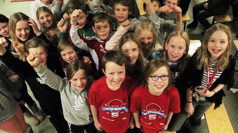 Melker Kjellander och Evelina Lestelius (röda t-shirts) och klasskamrater jublar. Foto: Lars-Gunnar Olsson/Sveriges Radio.