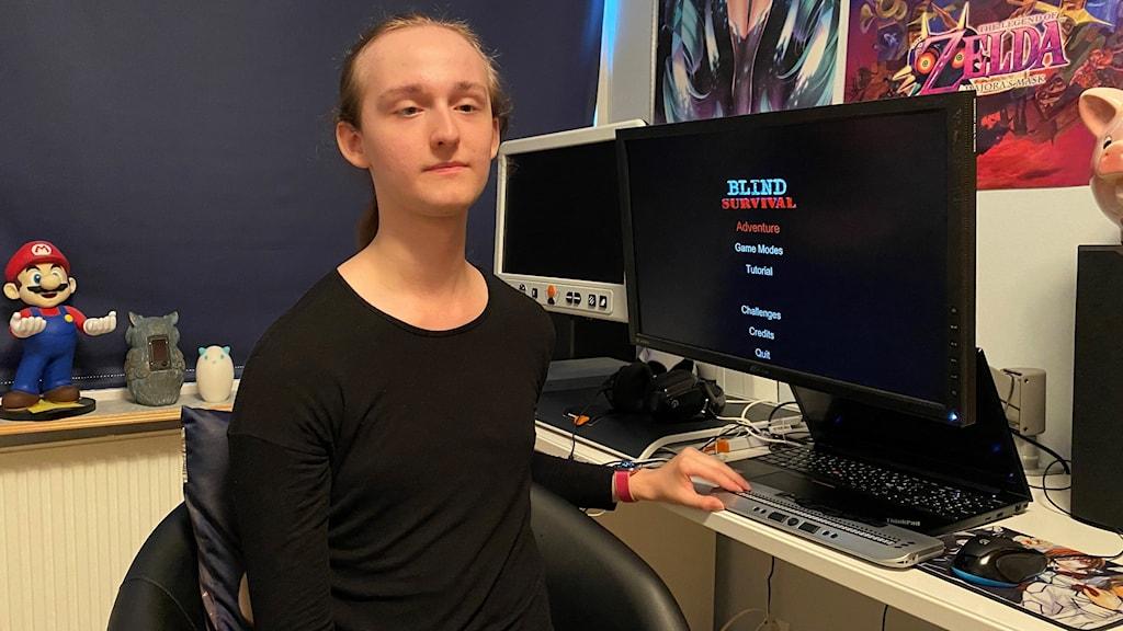 Man som sitter framför en dator.