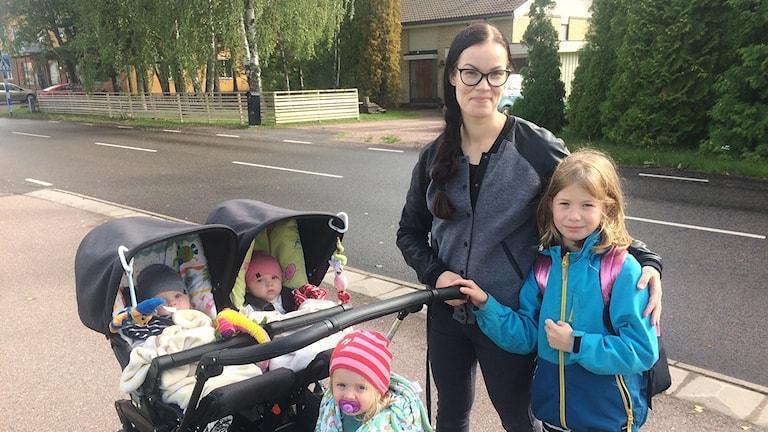 Veronika Filipsen Englund med sina fyra barn. Foto: Jenny Tibblin/Sveriges Radio.