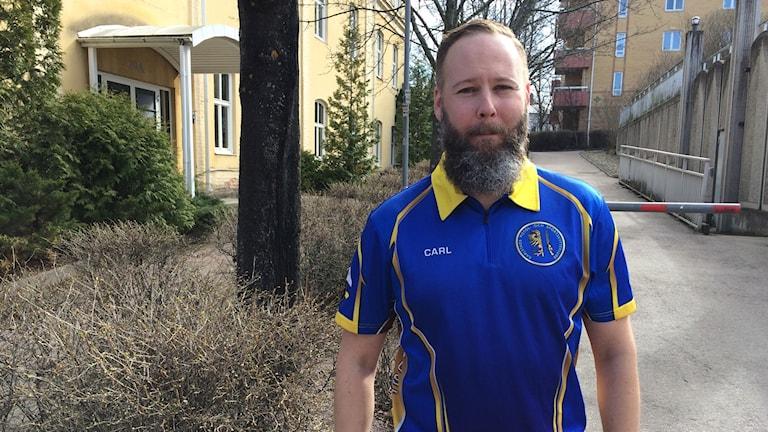 Carl Danielsson står utanför SR huset på Herrhagen. Foto: Micael Thernström/Sveriges Radio