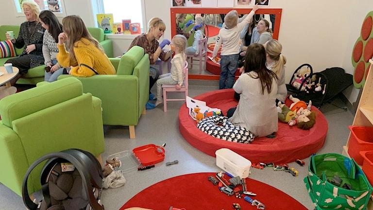 Barn och vuxna i ett lekrum. Foto: Felix Hall/Sveriges Radio.